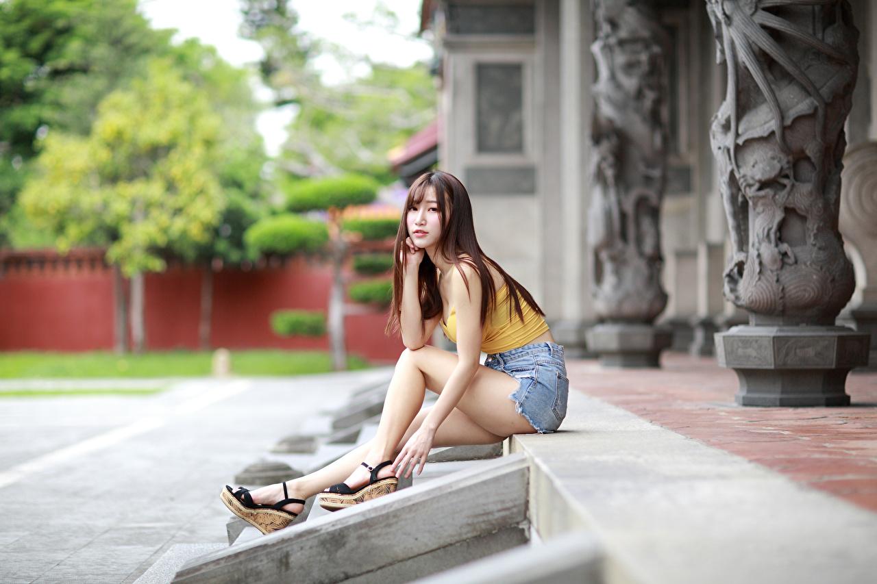 Foto Mädchens Bein Unterhemd asiatisches Shorts Sitzend Blick junge frau junge Frauen Asiaten Asiatische sitzt sitzen Starren