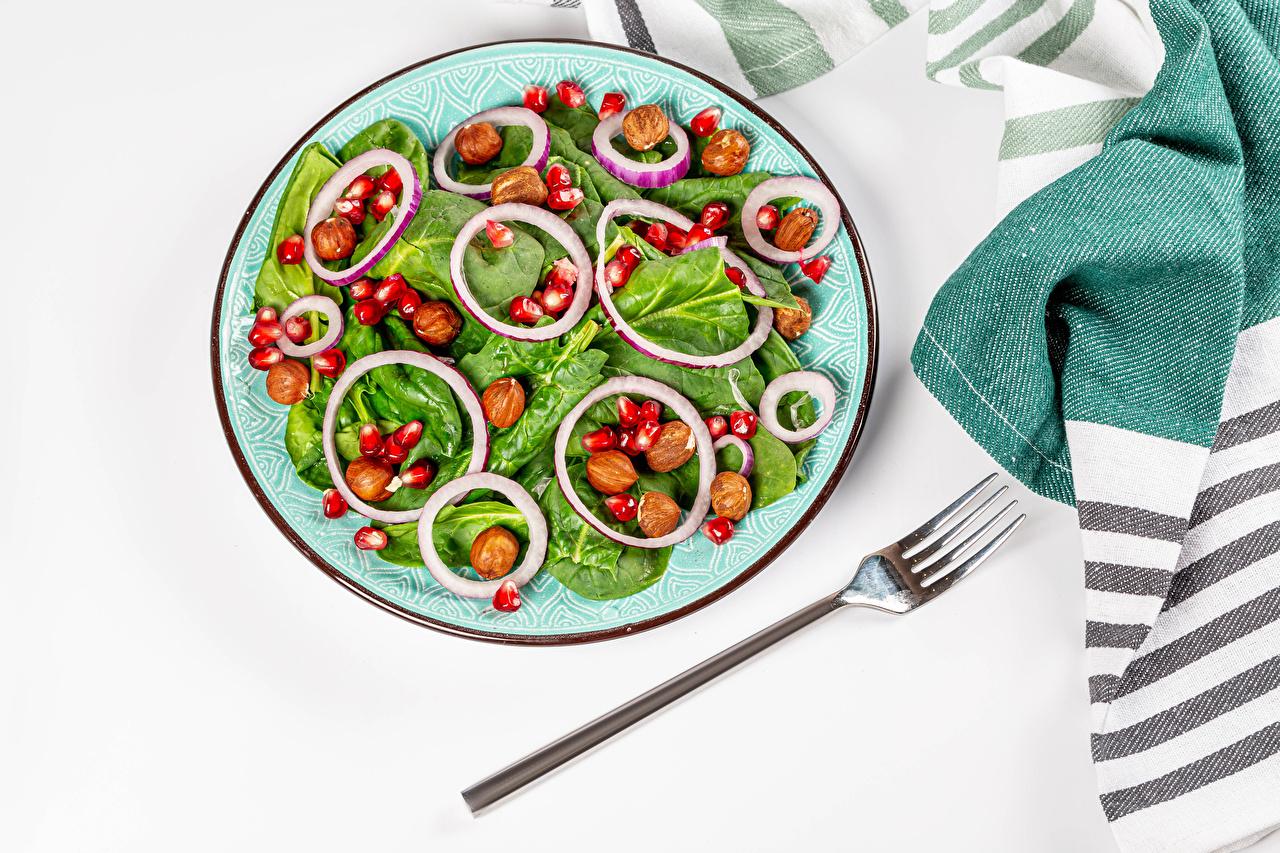 Bilder Haselnuss Getreide Granatapfel Salat Teller Gemüse Essgabel das Essen Grauer Hintergrund Gabel Lebensmittel