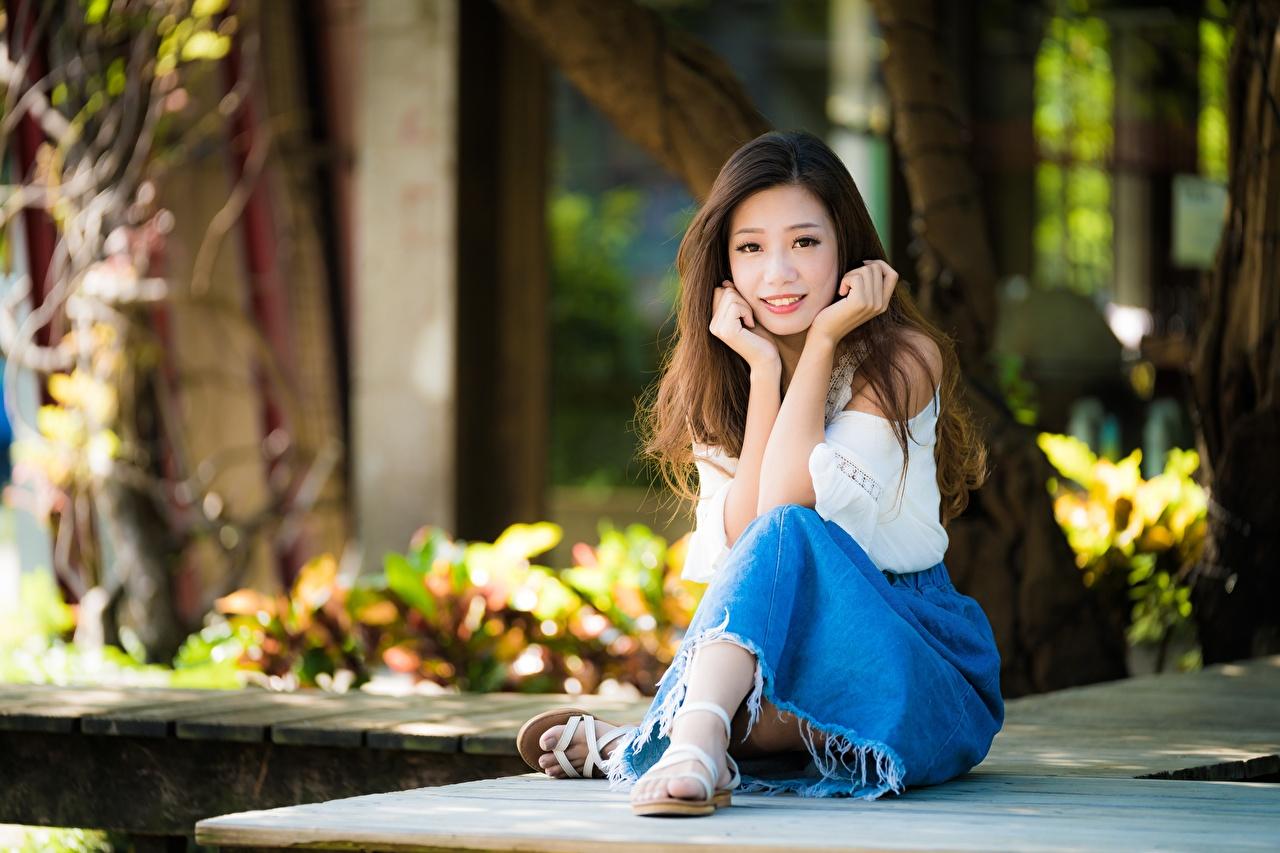 Fotos von Braunhaarige unscharfer Hintergrund Mädchens Asiatische Hand sitzt Braune Haare Bokeh junge frau junge Frauen Asiaten asiatisches sitzen Sitzend