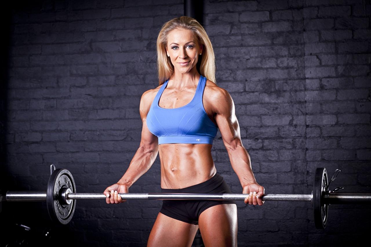 Desktop Hintergrundbilder Blondine Lächeln Fitness Mädchens sportliches Hantelstange Blick Blond Mädchen Sport junge frau junge Frauen Starren