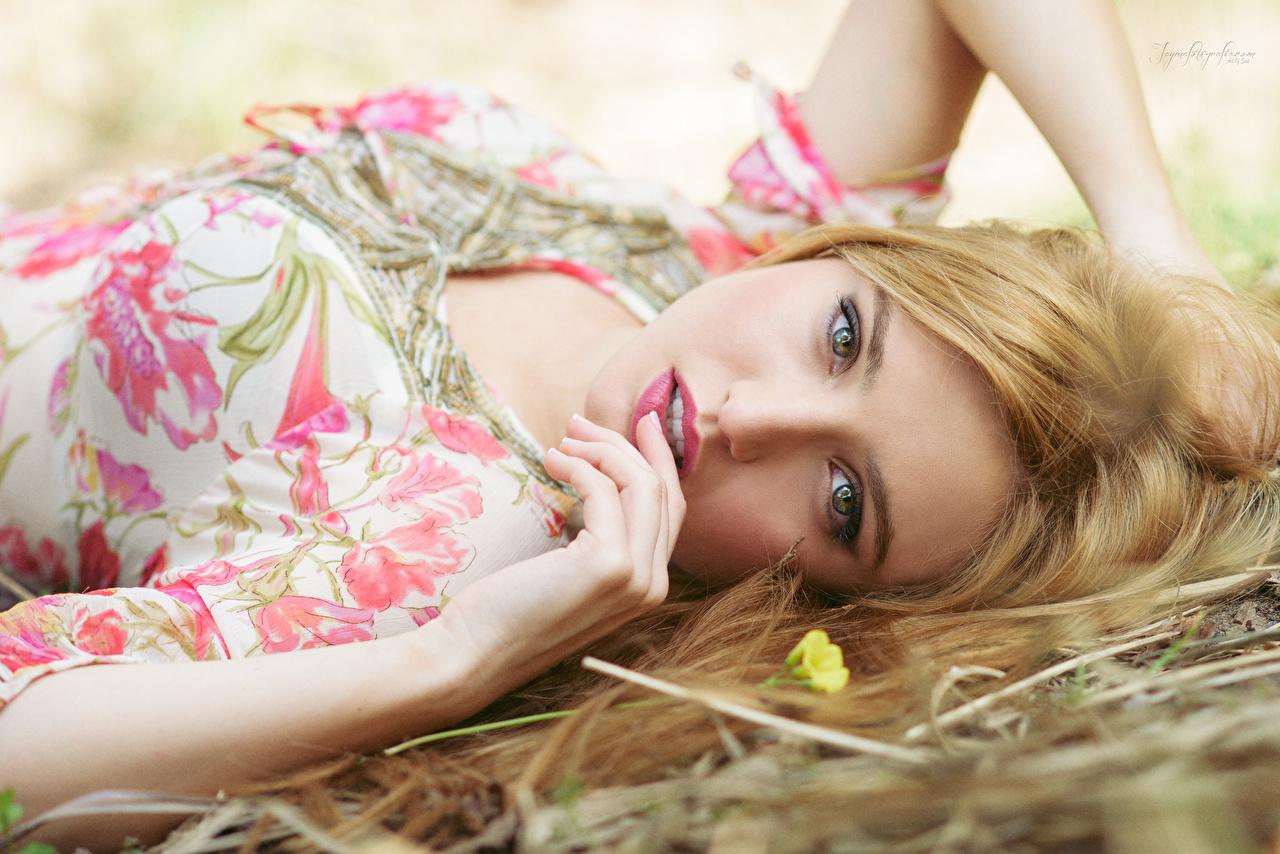 Fotos Blond Mädchen Make Up hinlegen hübsche junge Frauen Hand Blick Blondine Schminke Liegt ruhen Liegen Schön schöne hübsch schönes schöner hübscher Mädchens junge frau Starren