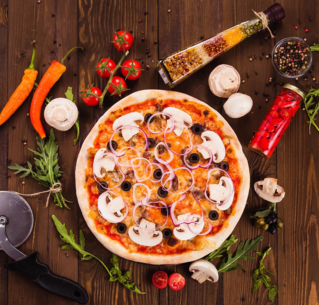 Fotos von Pizza Tomate Pilze Fast food Paprika Gewürze das Essen Bretter Tomaten Lebensmittel