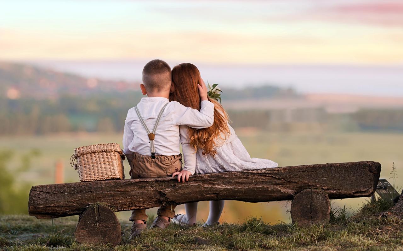 Fotos von Kleine Mädchen jungen Kinder 2 Liebe Umarmung Hinten Sitzend Bank (Möbel) Junge Zwei umarmt umarmen sitzt sitzen