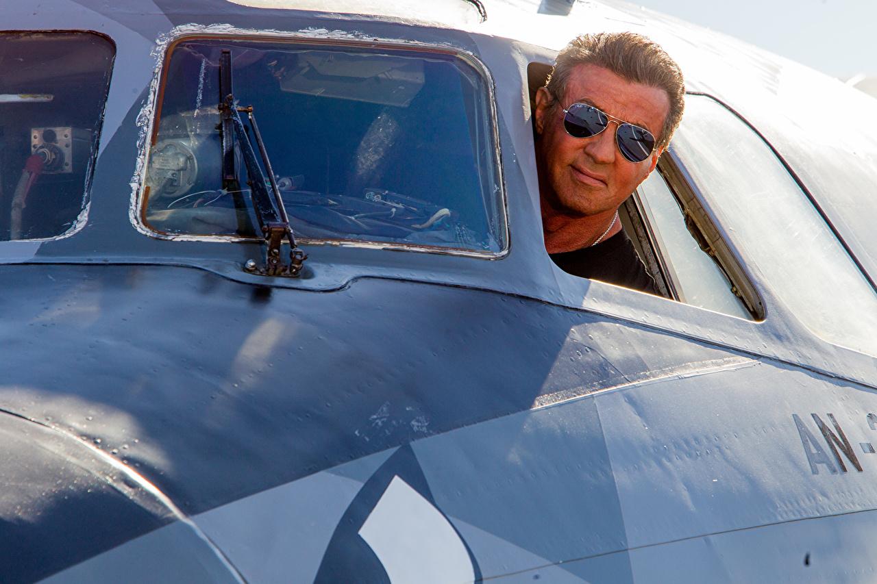 、エクスペンダブルズ、シルヴェスター・スタローン、飛行機、男性、眼鏡、映画、有名人、