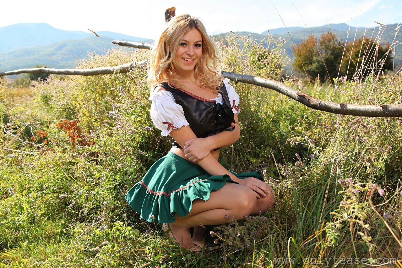 Foto Summer Saint Claire Rock Kellnerin Blond Mädchen Lächeln Mädchens Gras sitzen Uniform Blondine junge frau junge Frauen sitzt Sitzend