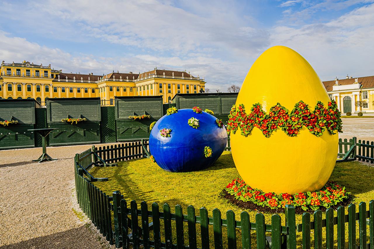 Desktop Hintergrundbilder Ostern Österreich eier 2 Natur Zaun Primeln Skulpturen Ei Zwei Schlüsselblumen