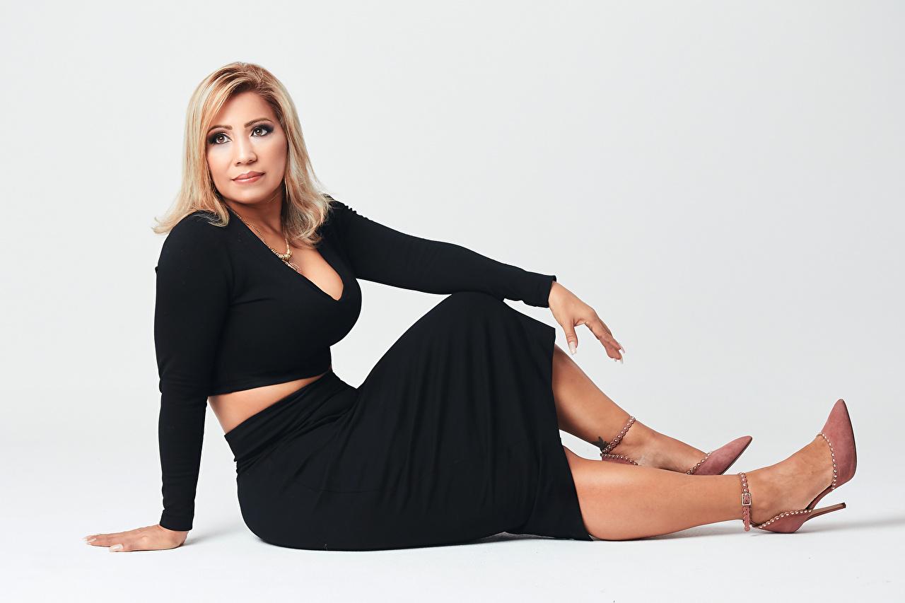 Bilder von Blondine Ericka junge Frauen Bein sitzt Blick Kleid Stöckelschuh Blond Mädchen Mädchens junge frau sitzen Sitzend Starren High Heels