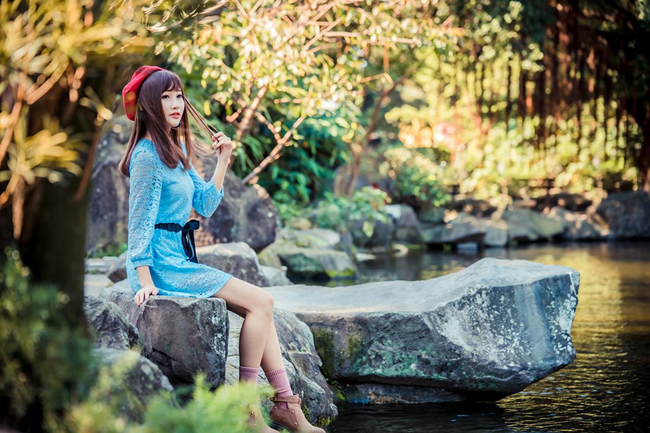 Bilder Barett Mädchens Bein Asiatische sitzt Stein Kleid junge frau junge Frauen Asiaten asiatisches Steine sitzen Sitzend