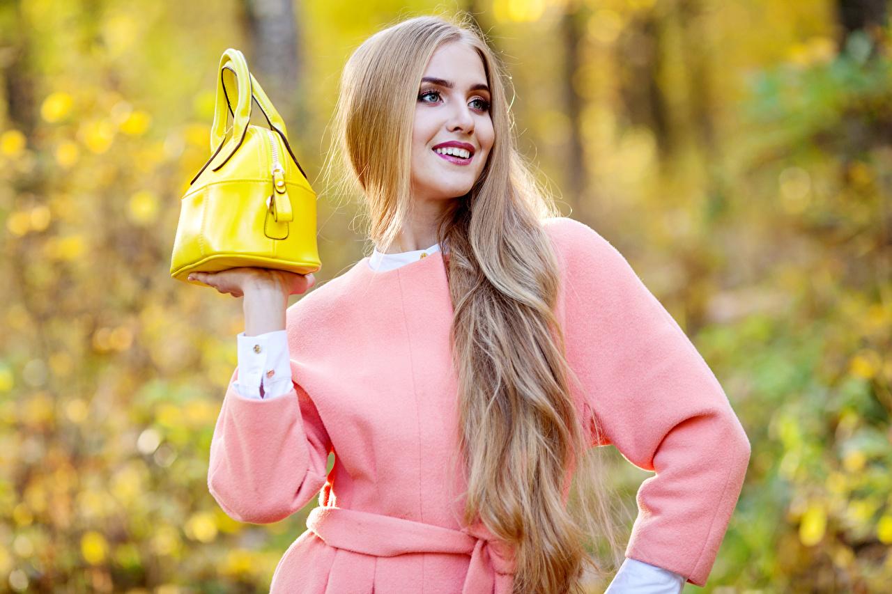 Hintergrundbilder Blondine Lächeln Haar Mädchens Handtasche Blond Mädchen
