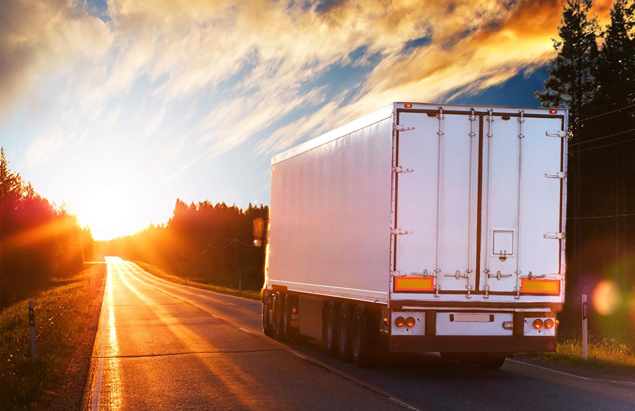 Foto autocarro Bianco Strade alba e tramonto Auto Vista posteriore Camion Albe e tramonti macchine macchina automobile autovettura