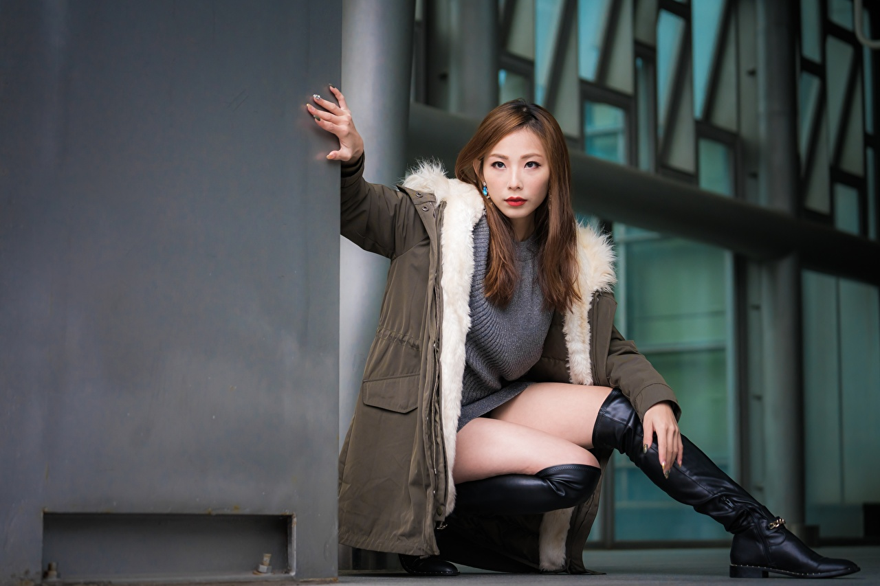 Fotos Braunhaarige Stiefel Pose Jacke Mädchens Bein Asiatische Hand Sitzend Braune Haare posiert junge frau junge Frauen Asiaten asiatisches sitzt sitzen