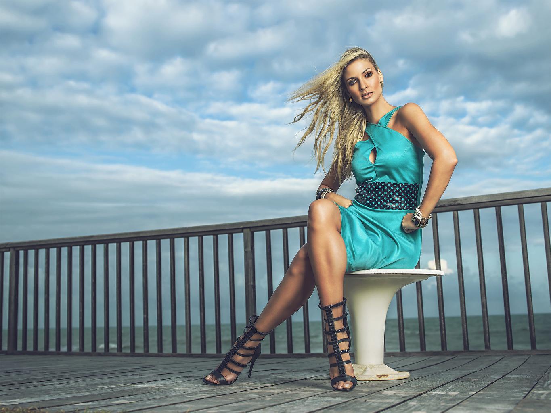 Bilder Blond tjej Andreia Schultz ung kvinna Ben Sitter Klänning Dam klackar Unga kvinnor