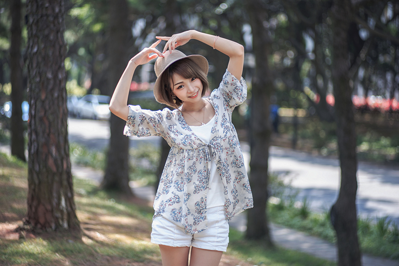 Foto's Glimlach onscherpe achtergrond poseren Hoed jonge vrouw Aziaten hand Bokeh Pose Jonge vrouwen aziatisch Handen