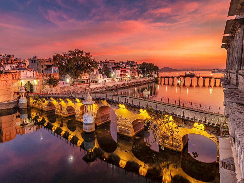Tapeta na pulpit Indie Udaipur Mosty Rzeki Wieczór Latarnia uliczna Domy Miasta most rzeka miasto budynki budynek