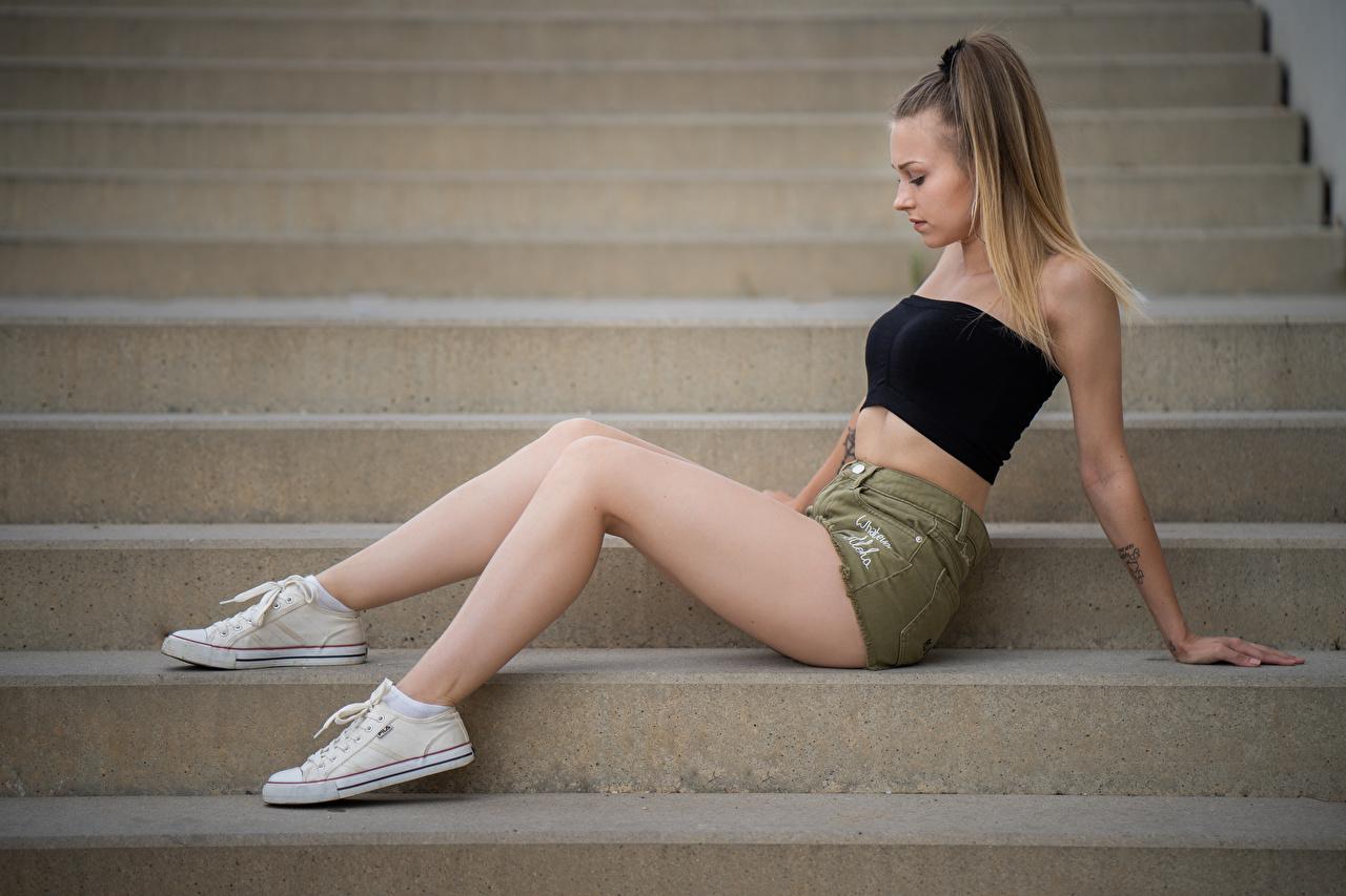 Desktop Hintergrundbilder Plimsoll Schuh Sara Treppe junge frau Bein sitzt Shorts Seitlich Stiege Treppen Mädchens junge Frauen sitzen Sitzend