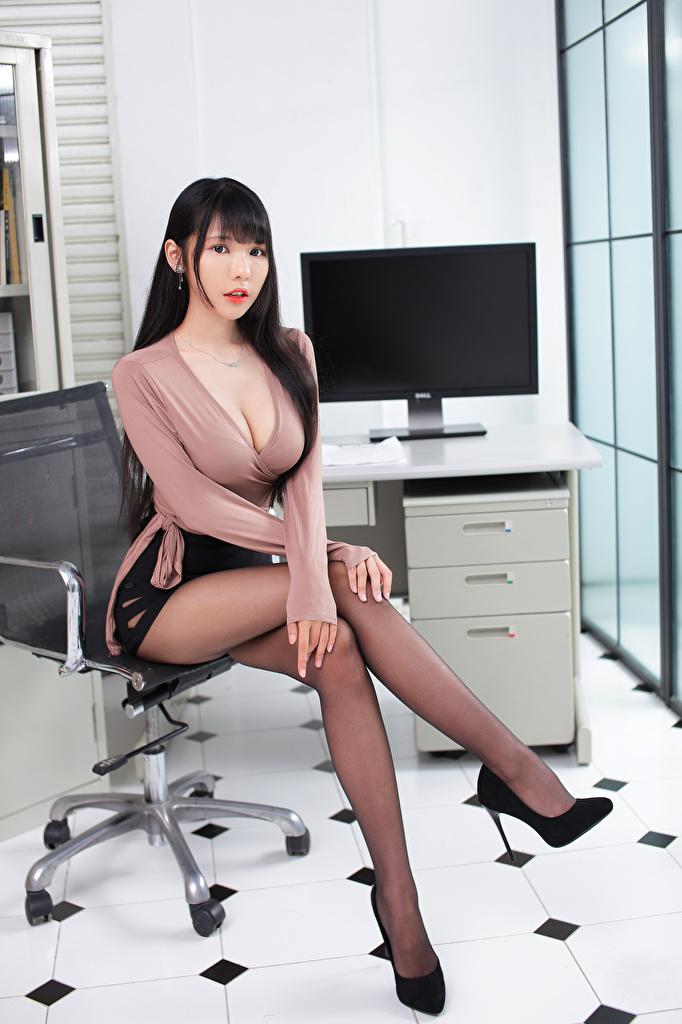 Bilder på skrivbordet urringning Blus ung kvinna Ben Asiater Sitter Blick  till Mobilen Dekolletage Unga kvinnor asiatisk ser