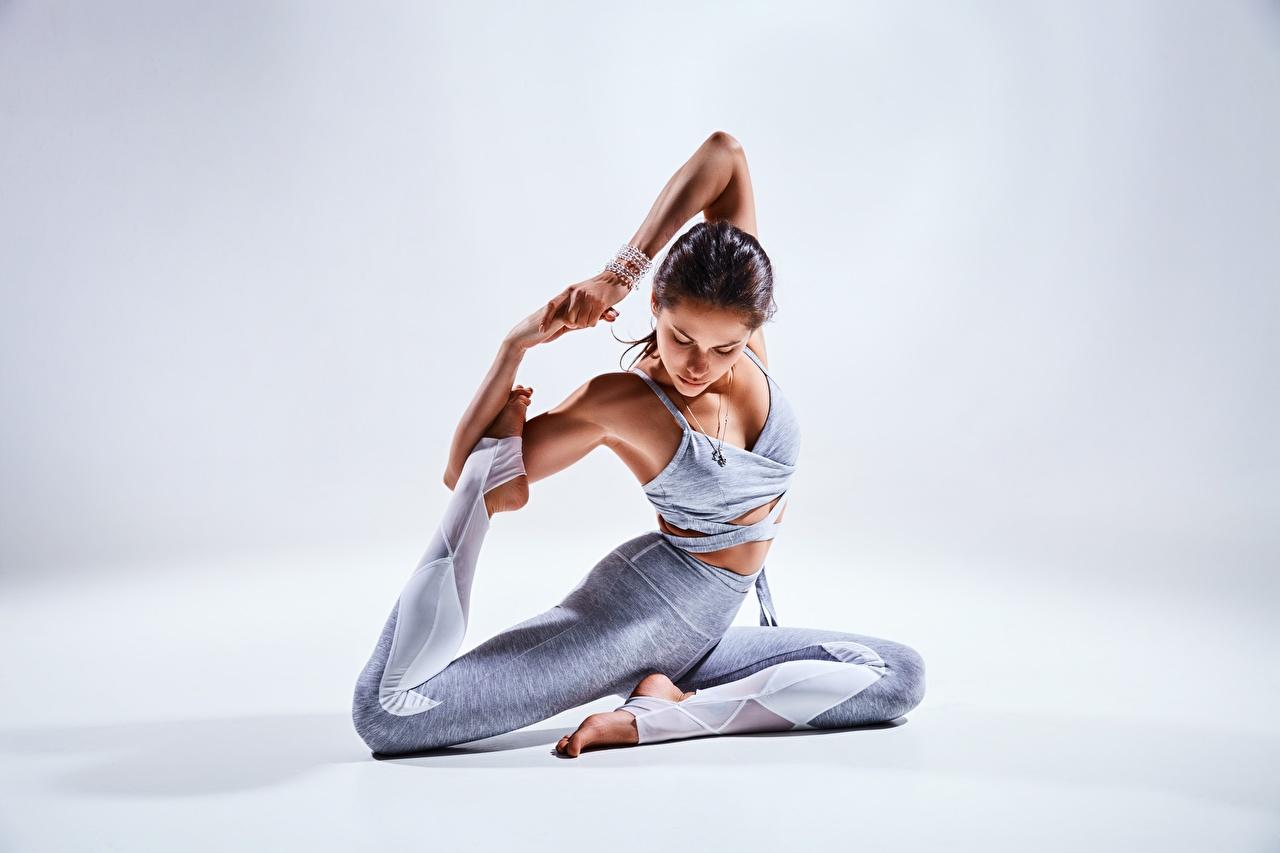 Desktop Hintergrundbilder Brünette Pose Fitness Mädchens Gymnastik Bein Hand Sitzend posiert junge frau junge Frauen sitzt sitzen