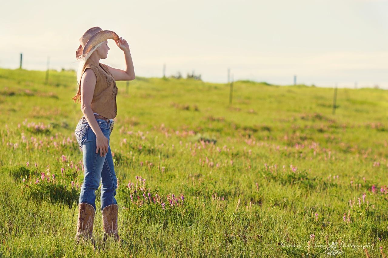 Fotos Cowboy Blondine Der Hut Mädchens Bein Jeans Grünland Gras Blond Mädchen junge frau junge Frauen