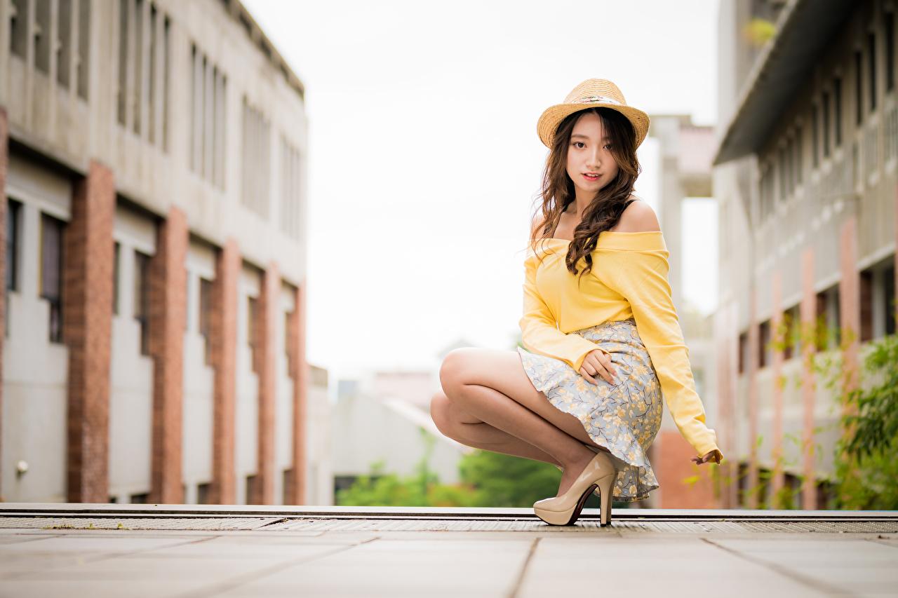 Fotos Rock Braunhaarige Bokeh Bluse Der Hut Mädchens asiatisches sitzen Blick Braune Haare unscharfer Hintergrund junge frau junge Frauen Asiaten Asiatische sitzt Sitzend Starren