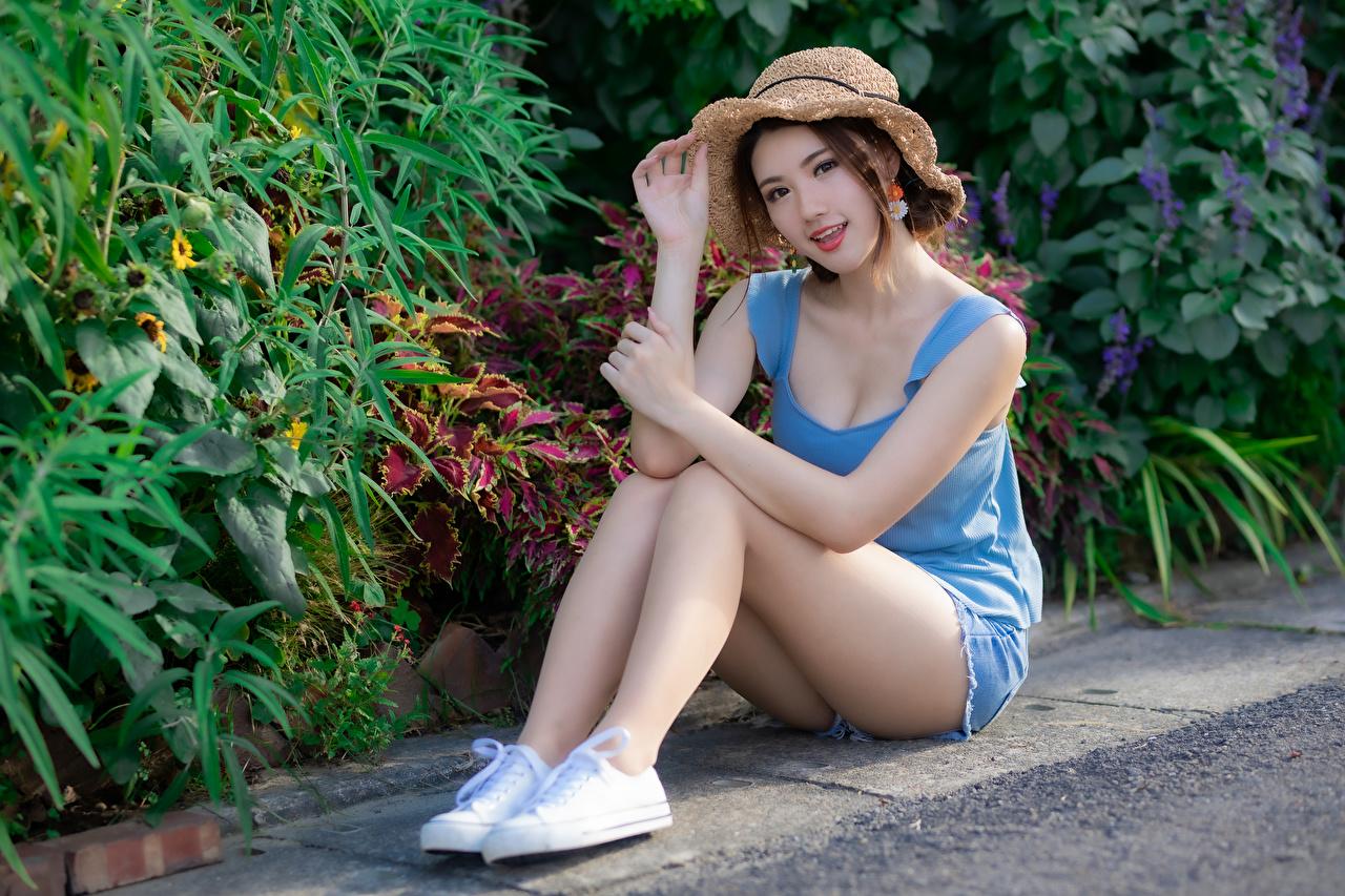 Bilder Schön Der Hut junge frau Bein Unterhemd Asiatische sitzt Shorts Starren hübsch schöne hübsche schöner schönes hübscher Mädchens junge Frauen Asiaten asiatisches sitzen Sitzend Blick