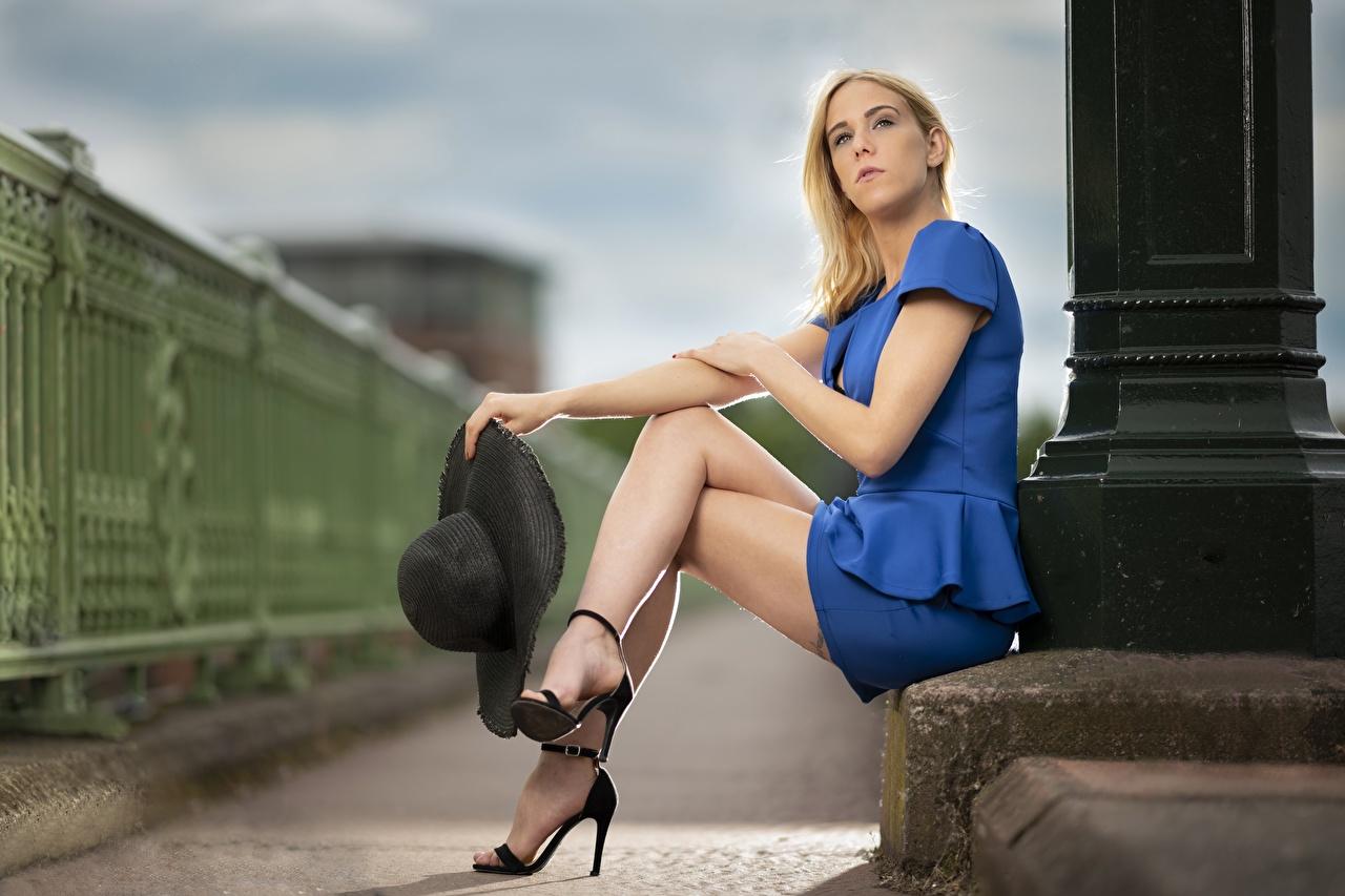 Fotos Blond Mädchen unscharfer Hintergrund Der Hut junge Frauen Bein Hand Sitzend High Heels Blondine Bokeh Mädchens junge frau sitzt sitzen Stöckelschuh