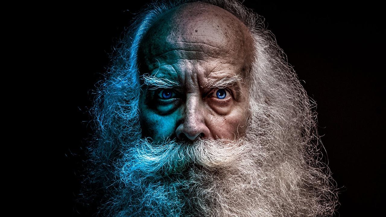 Photo Old man frown Beard Face Staring Black backgroundOld Man Face Beard