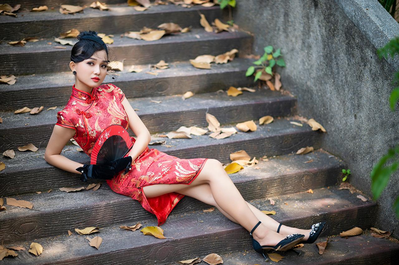 Foto Brünette Fächer Stiege junge frau Bein Asiatische Starren Kleid Treppe Treppen Mädchens junge Frauen Asiaten asiatisches Blick