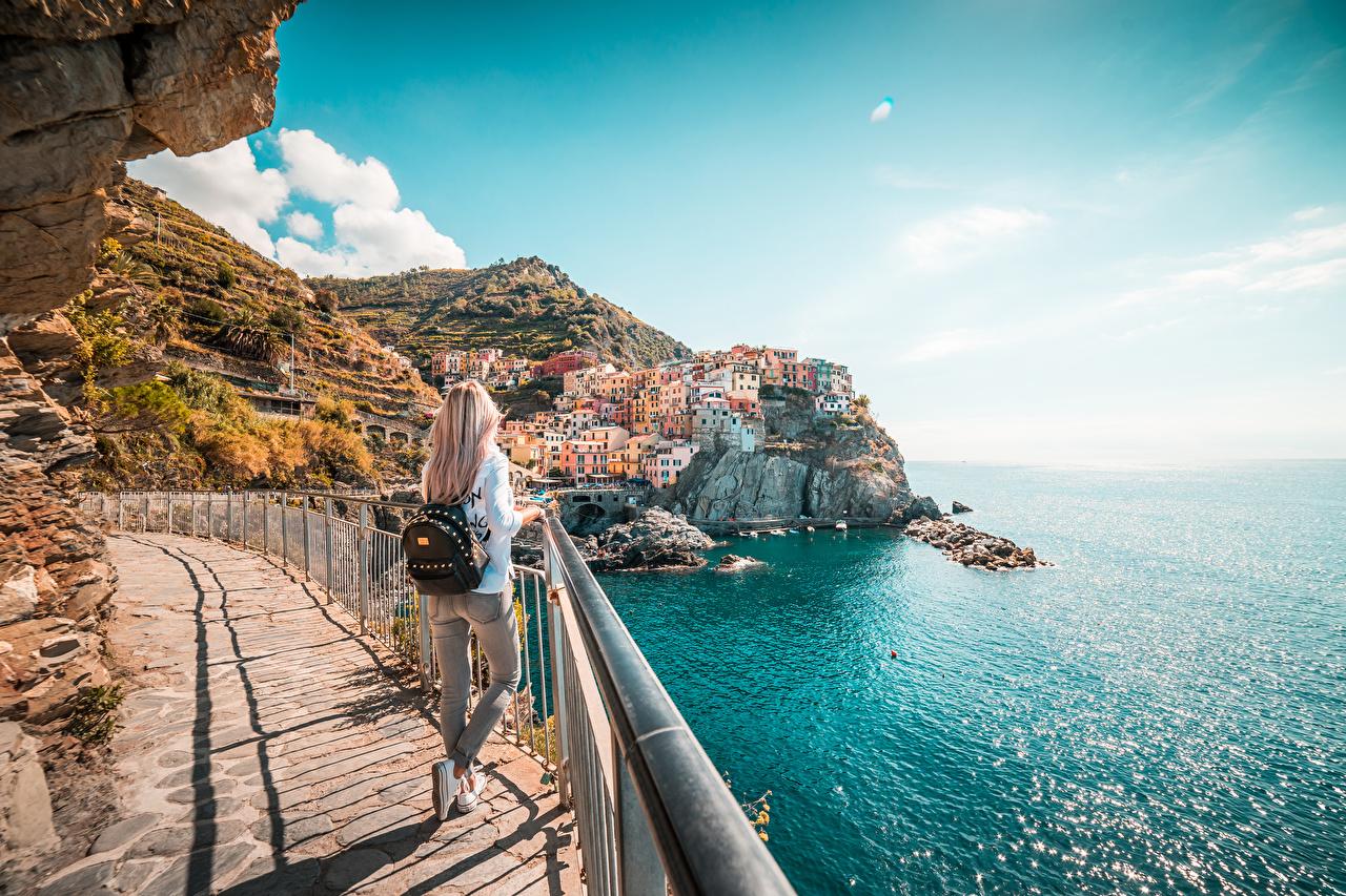 Fotos von Ligurien Cinque Terre Park Tourist Italien Blondine Rucksack junge Frauen Zaun Küste Reisender Blond Mädchen Mädchens junge frau