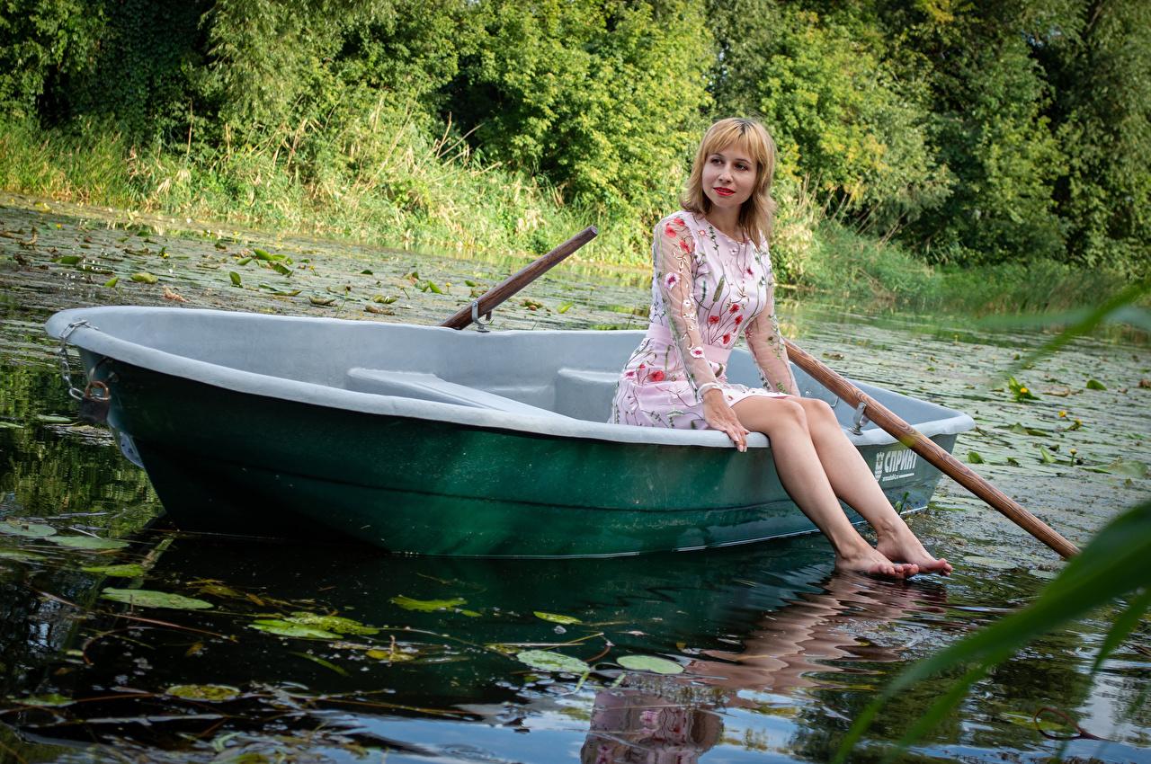 Foto Victoria Borodinova Blond Mädchen Mädchens Bein Boot sitzen Kleid Blondine junge frau junge Frauen sitzt Sitzend