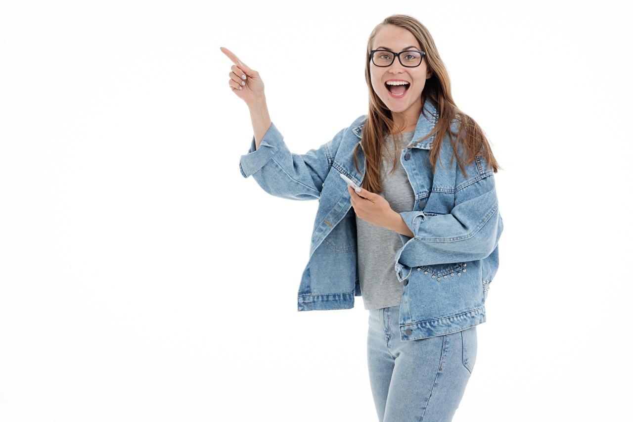 Achtergrond Bruin haar vrouw blije Een jas Jonge vrouwen Jeans Bril Handen Witte achtergrond vreugde gelukkig vrolijke Gelukkige jonge vrouw Spijkerbroek hand