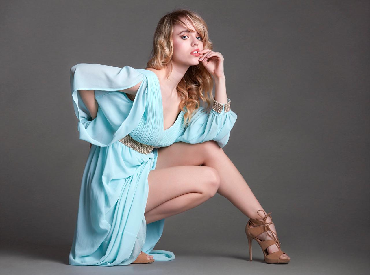 Fotos von Blondine posiert junge frau Bein Blick Kleid High Heels Blond Mädchen Pose Mädchens junge Frauen Starren Stöckelschuh