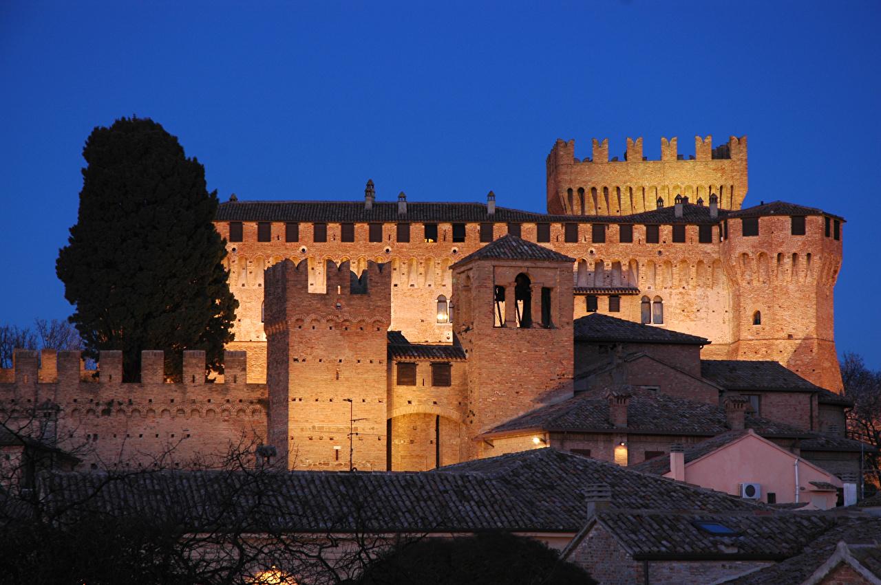 Картинки Италия Крепость Gradara, Pesaro and Urbino в ночи город Ночь ночью Ночные Города
