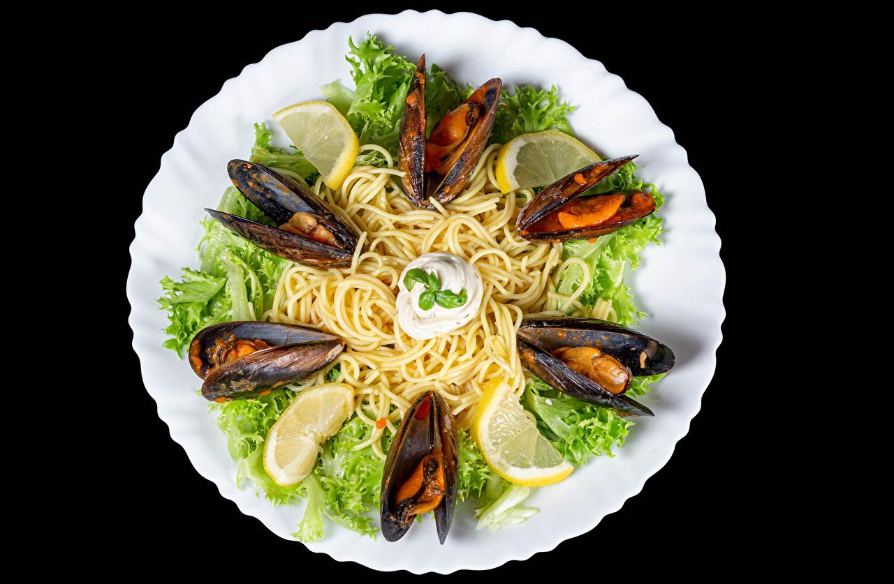Desktop Wallpapers mussels Pasta Lemons Food Plate Vegetables Seafoods Black background