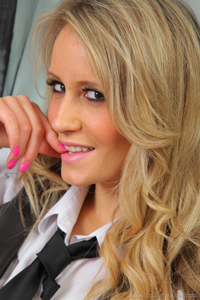 Desktop Hintergrundbilder Candice Collyer Blond Mädchen Maniküre Haar Gesicht Krawatte Mädchens Finger Blick  für Handy Blondine junge frau junge Frauen Starren
