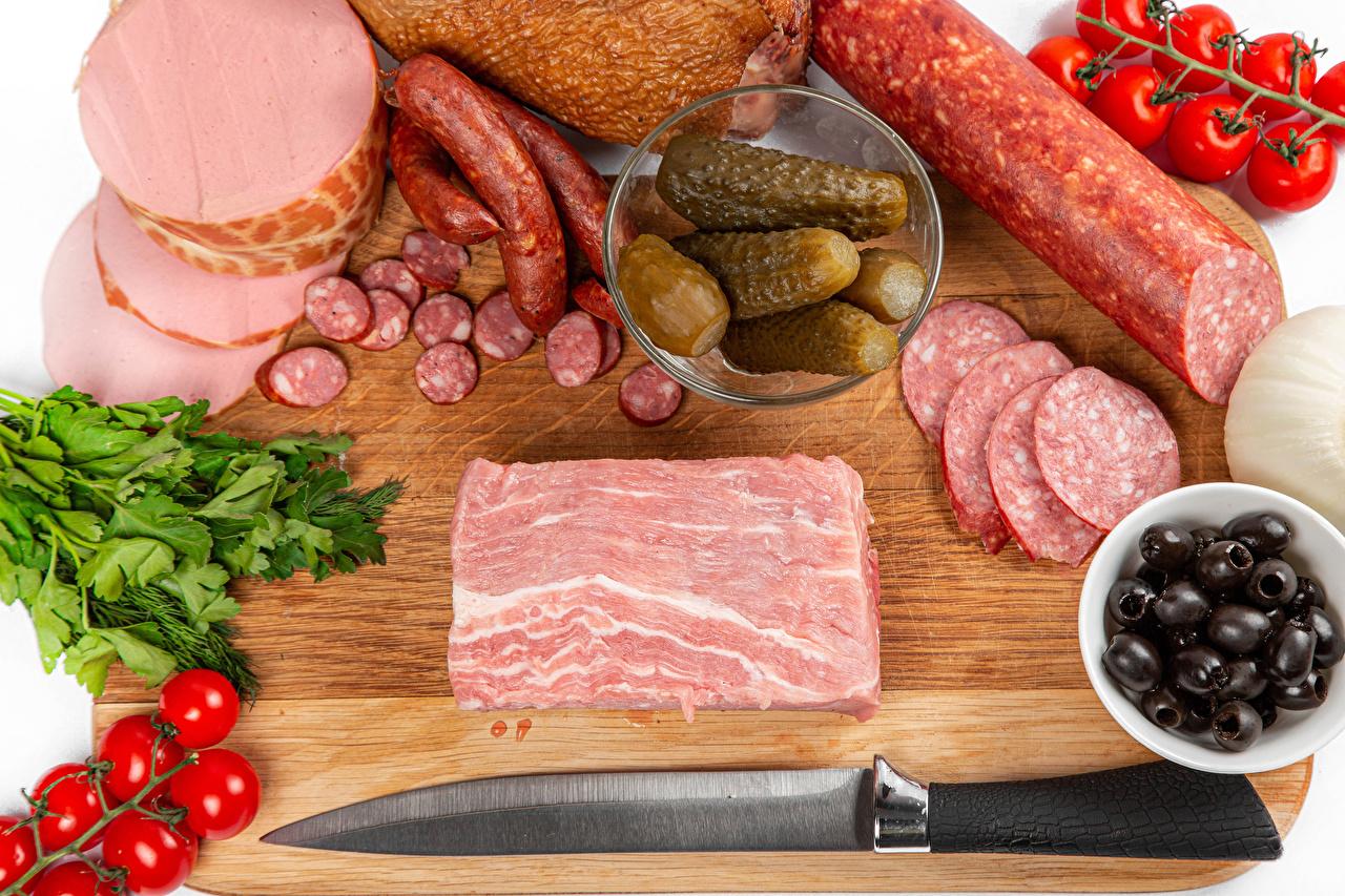 Desktop Hintergrundbilder Messer Gurke Wurst Oliven Tomaten das Essen Schneidebrett Tomate Lebensmittel