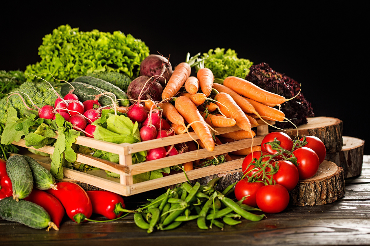 Photo Carrots Tomatoes Radishes Food Vegetables Bell pepper Black background