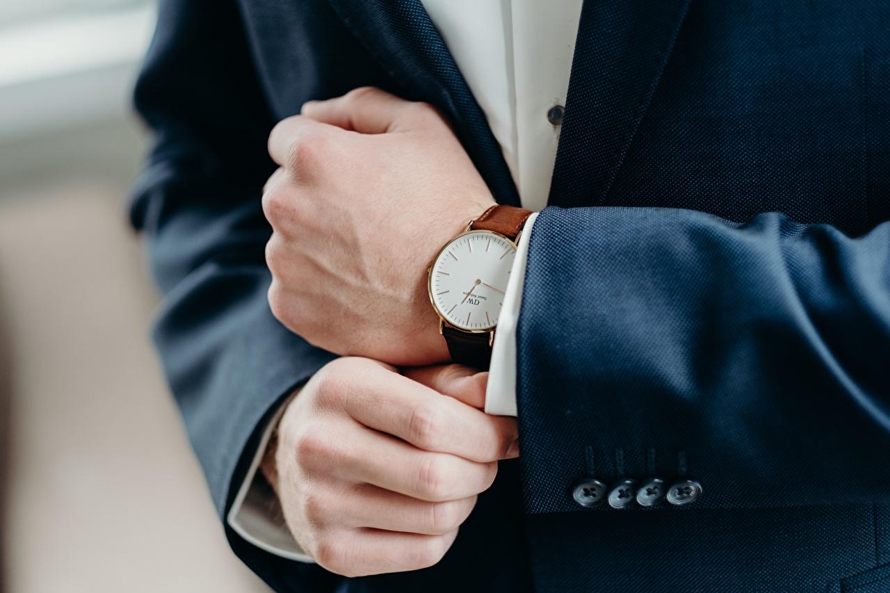 Relógio Relógio de pulso De perto Mão Terno
