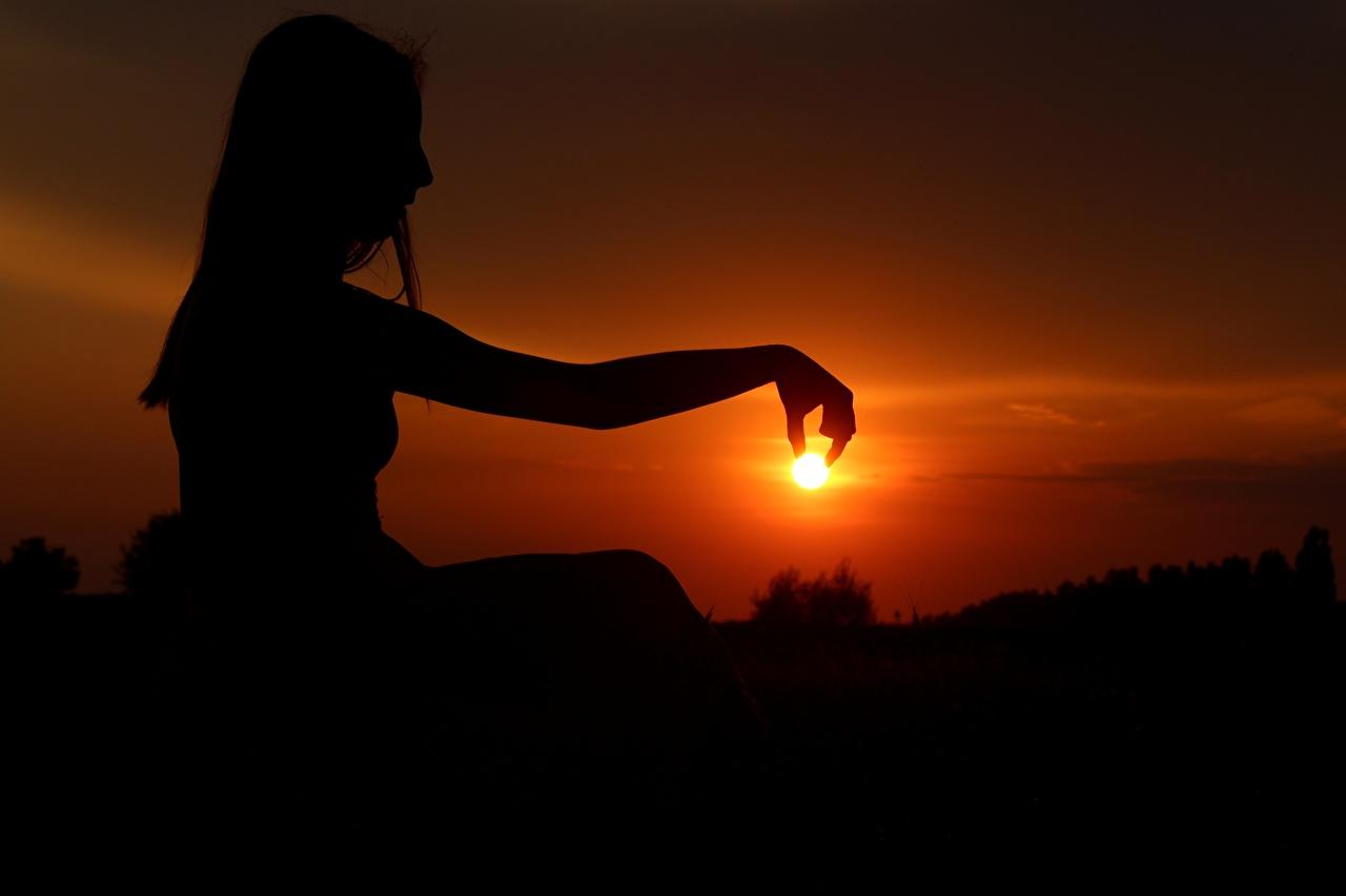 Fotos von Silhouette Sonne Mädchens Sonnenaufgänge und Sonnenuntergänge Hand Abend Sitzend