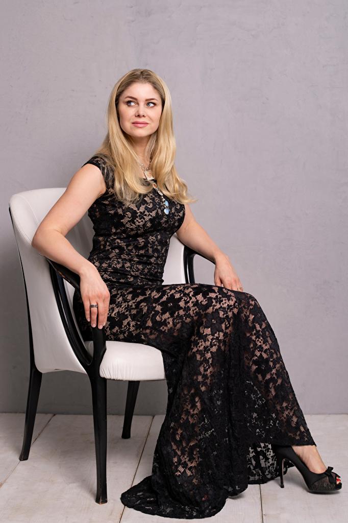 Bilder Yvonne Woelke Blondine Mädchens sitzt Sessel Starren Prominente Kleid  für Handy Blond Mädchen junge frau junge Frauen sitzen Sitzend Blick