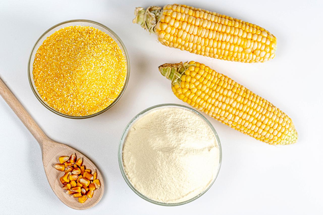 Fotos 2 Mehl Mais Getreide Löffel Lebensmittel Weißer hintergrund Zwei Kukuruz das Essen