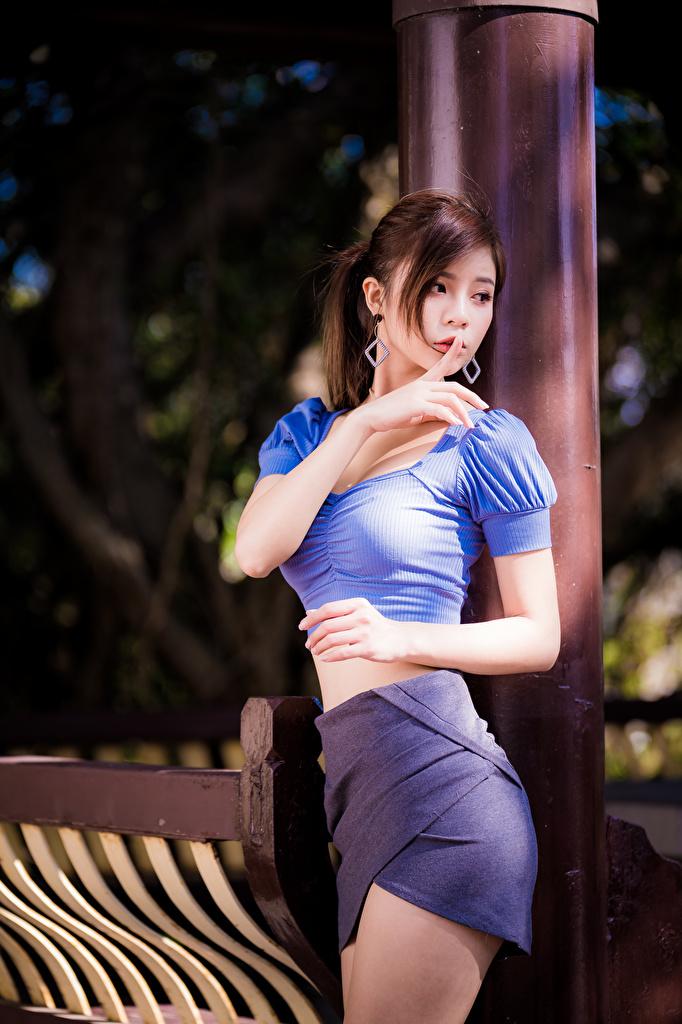 Foto Rock Braune Haare Gestik posiert Bluse junge frau Asiatische Hand  für Handy Braunhaarige Pose Mädchens junge Frauen Asiaten asiatisches