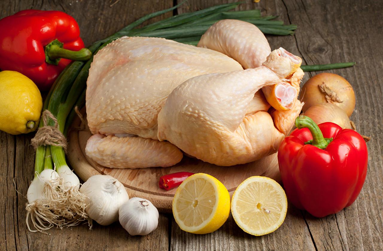 Fotos von Lebensmittel Zitrone Knoblauch Bretter Gemüse Peperone Schneidebrett Fleischwaren Hühnerfleisch