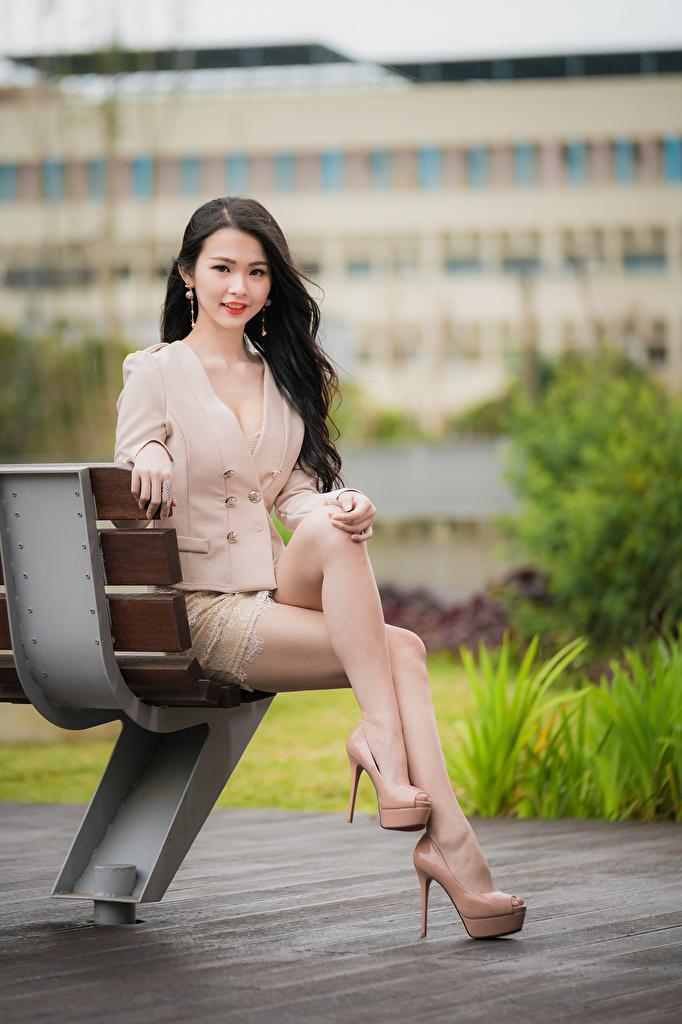 Fotos Braunhaarige süße Mädchens Bein asiatisches sitzt Bank (Möbel) Starren Stöckelschuh  für Handy Braune Haare nett Süß süßer süßes niedlich junge frau junge Frauen Asiaten Asiatische sitzen Sitzend Blick High Heels