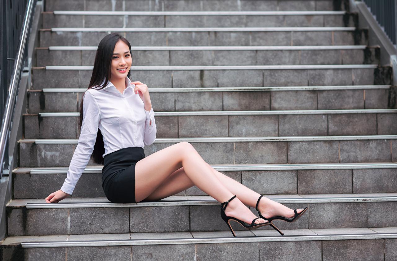 Bilder von Rock Lächeln Bluse Treppen Mädchens Bein asiatisches Sitzend Treppe Stiege junge frau junge Frauen Asiaten Asiatische sitzt sitzen