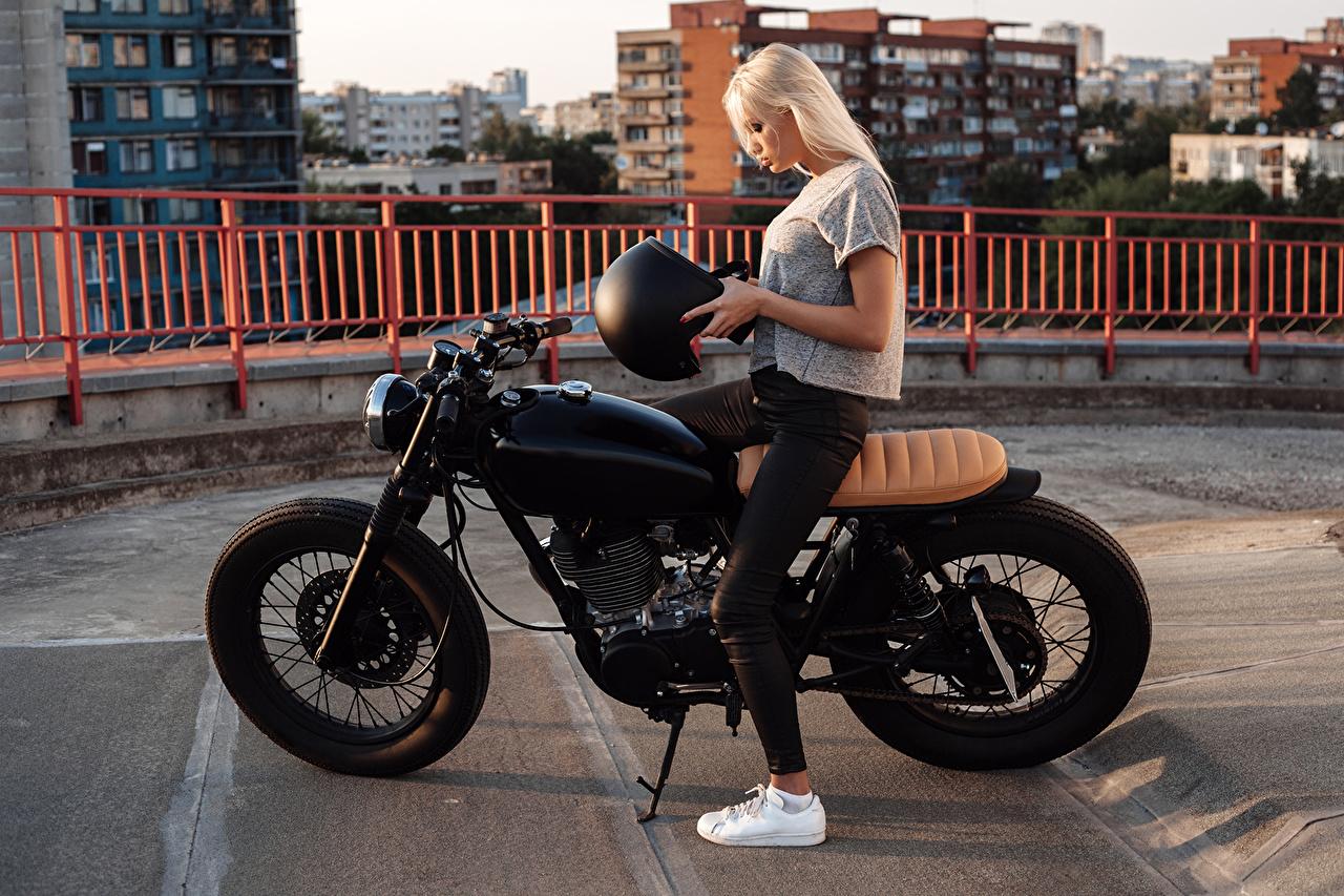 Fotos Blondine Helm Motorrad Mädchens Motorradfahrer Blond Mädchen junge frau Motorräder junge Frauen