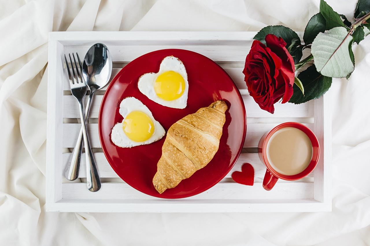 Bilder Herz Tablett Spiegelei Rose Kaffee Croissant Gabel Teller Becher Löffel Lebensmittel Rosen Essgabel das Essen