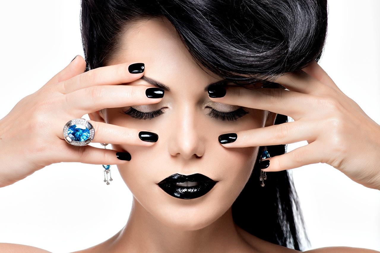 Foto Brünette Maniküre Schminke Schwarz junge Frauen Lippe Schmuck Ring Hand Finger Weißer hintergrund Make Up Mädchens junge frau Ring