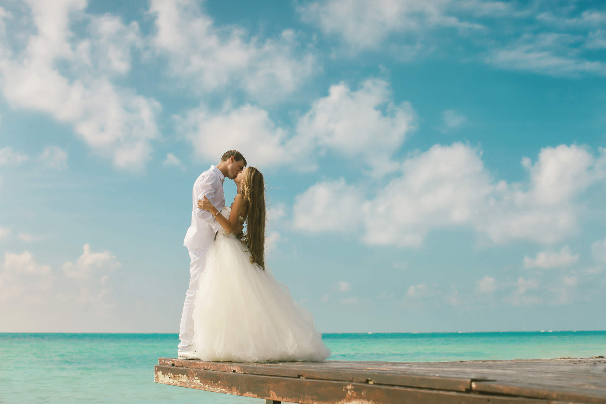 Desktop Wallpapers grooms Bride Wedding Couples in love Sea Girls Sky Clouds gown Groom noces brides marriage lovers female young woman frock Dress