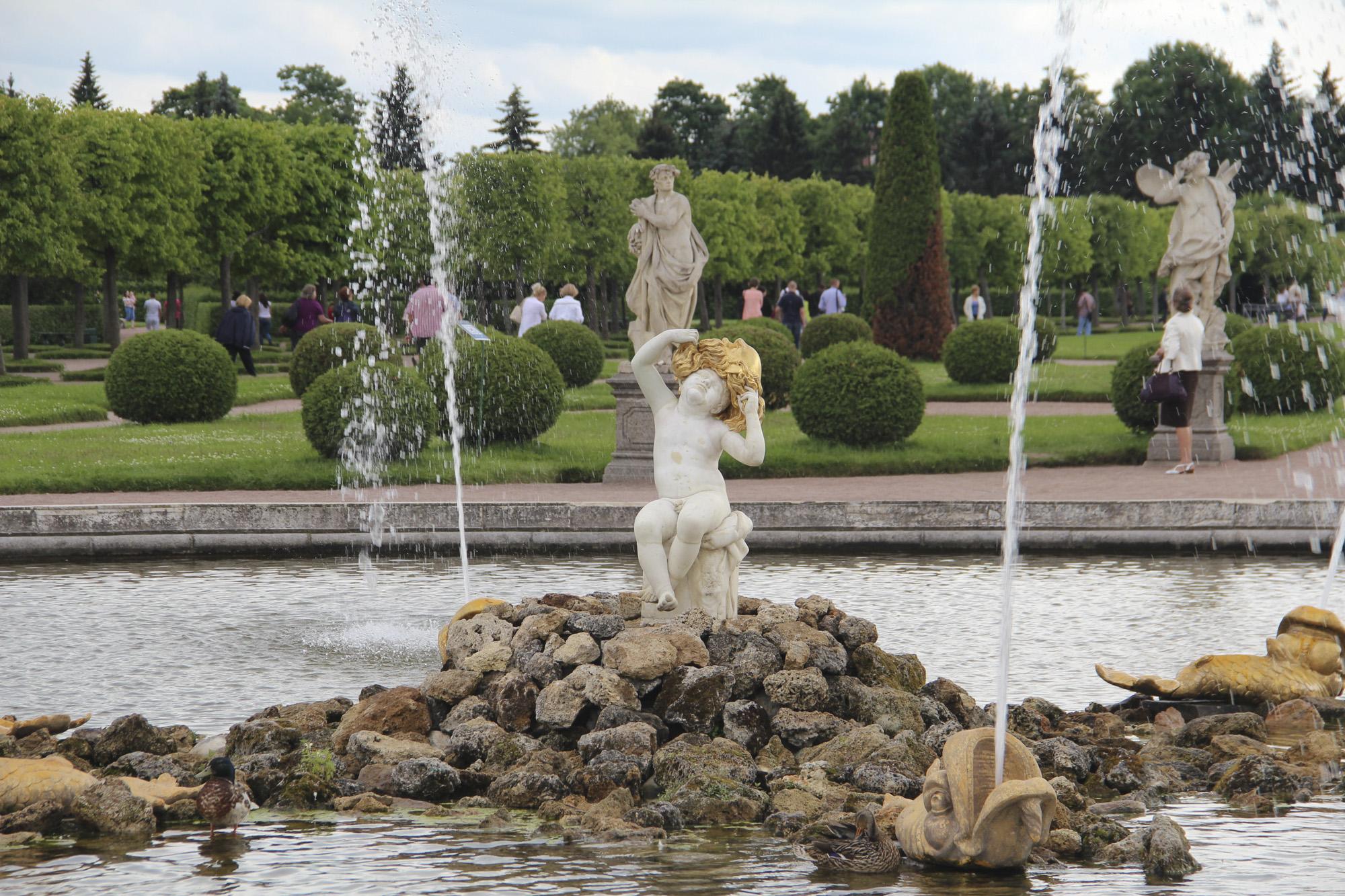 Foto Sankt Petersburg jungen Russland Springbrunnen fountain Oak, Peterhof Park Steine Sitzend Städte Skulpturen Junge Parks Stein sitzt sitzen