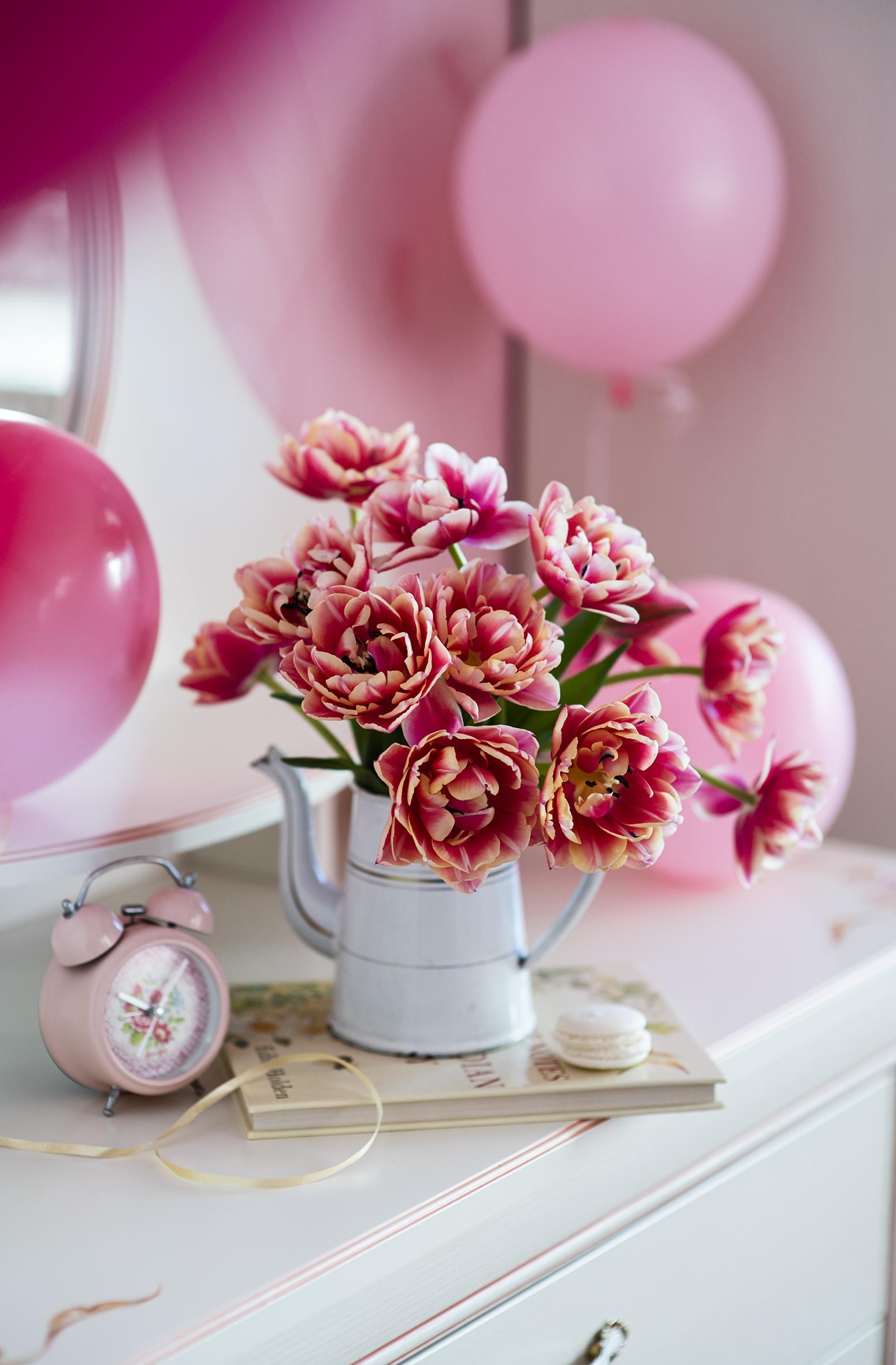 Foto luftballons Bokeh Uhr Tulpen Wecker Blumen Vase  für Handy Luftballon unscharfer Hintergrund Blüte